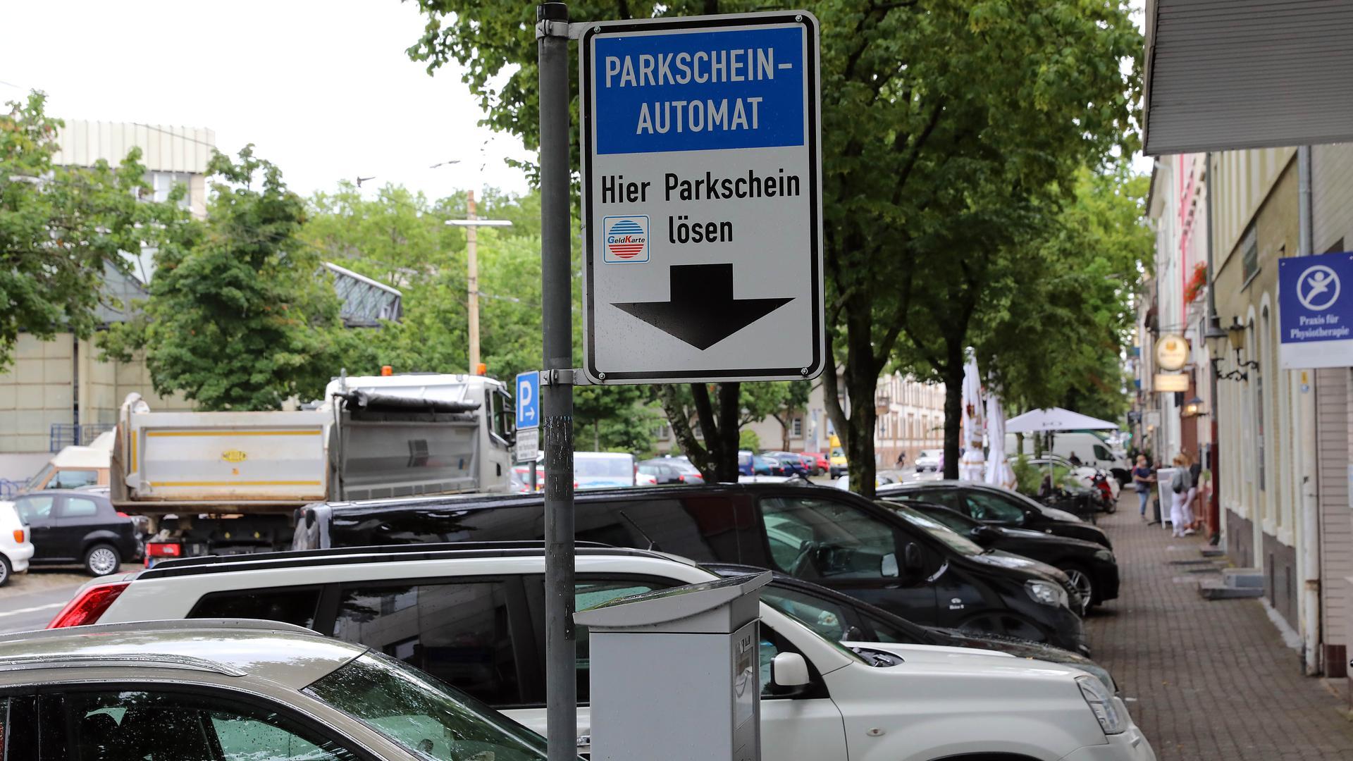Teurer Parkraum: In der Tarifzone zwei - wie hier in der Baumeisterstraße - muss einen Euro zahlen, wer auch nur ganz kurz parken will.