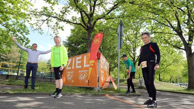 Läufer stehen an einer Startlinie