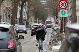 Kitzlige Situation: Wenn Autofahrer Radler überholen, ist Vorsicht geboten. Innerorts braucht es mindestens einen seitlichen Abstand von 1,50 Metern.