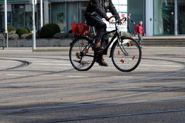 Nicht in die Rillen geraten: Beim Fahren entlang von oder über Straßenbahnschienen müssen Radfahrer besonders vorsichtig sein, so wie hier in der Rüppurrer Straße.