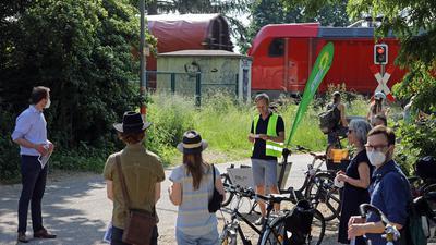 11.06.2021  Exkursion zu möglichen Trassen für den Radschnellweg Karlsruhe -Ettlingen, Treffpunkt zur Exkursion in den Rüppurrer Wiesen / Brunnenstückweg am Bahnübergang , mit Jens Goerisch (gelbe Weste).