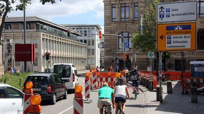 Radfahrer und Autos an der Einmündung der Waldstraße in die Hans-Thoma-Straße