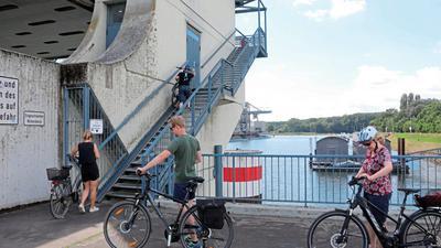 Das Hafensperrtor in Karlsruhe ist für viele Radler eine hohe Hürde.