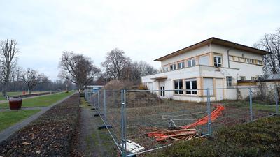 Aufwendige Sanierung: Das Restaurant des Rheinstrandbads Rappenwört wird für Millionen in Schuss gebracht. Im nächsten Jahr öffnet es allerdings noch nicht.