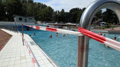 Neue Regeln in Corona-Zeiten: Im Freibad Rappenwört kann niemand einfach so ins Wasser steigen. Es gibt pro Becken einen Zu- und einen Ausgang.