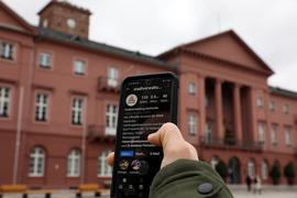 Auf einem Handy ist die Instagram-Seite der Stadt Karlsruhe aufgerufen.