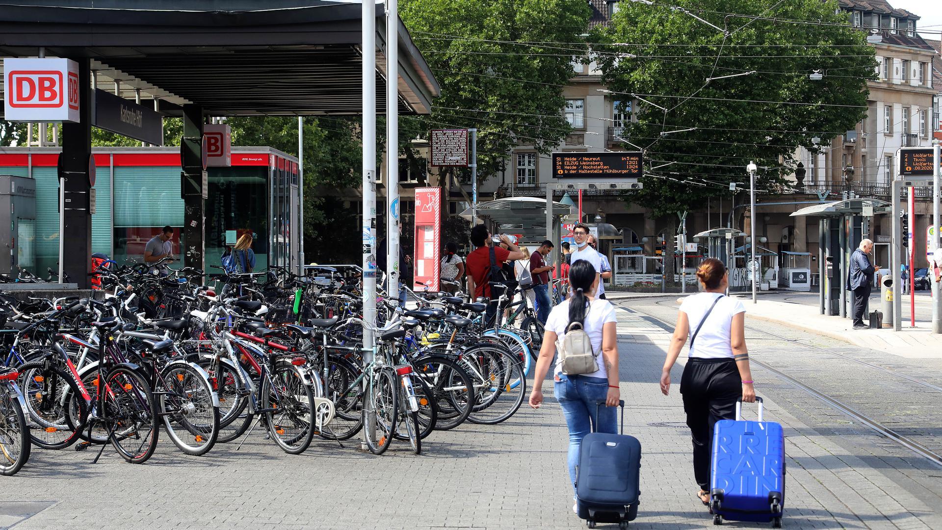 18.08.2020 Reisen zu Corona-Zeiten vor dem Hauptbahnhof Karlsruhe