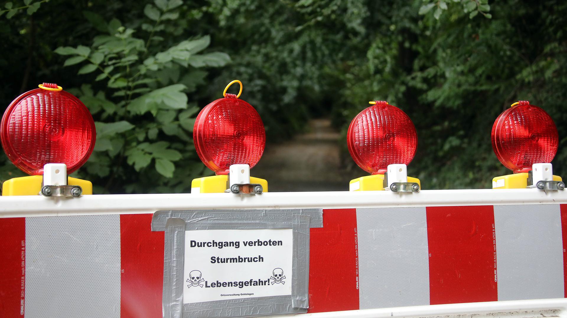 Verbarrikadiert: Die Stadt hat den Zugang zum Grötzinger Hohlweg Ringelberghohl gesperrt und warnt vor dem Durchgang.