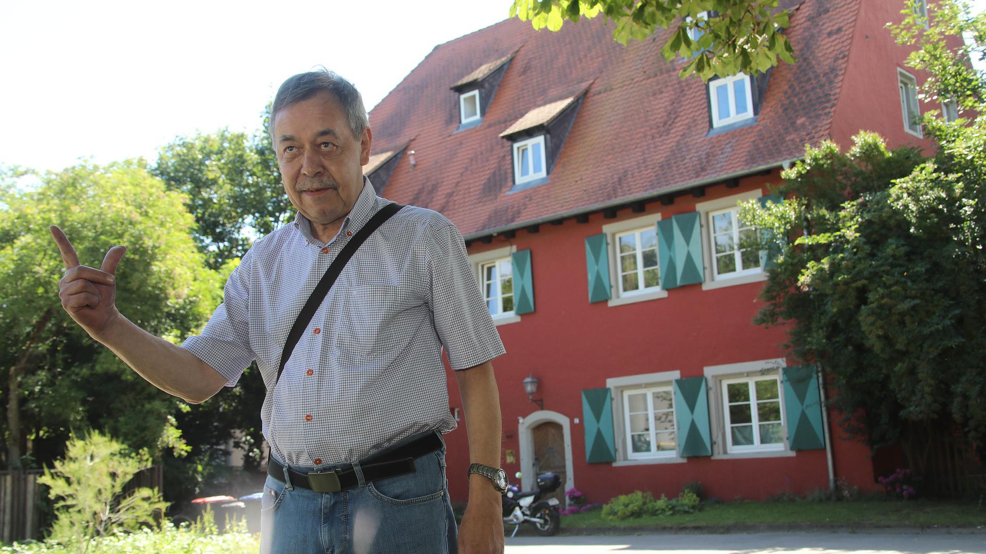 BNN-Leser Norbert Huxel vor dem Roten Haus, einem Relikt des Schlosses Rüppurr.