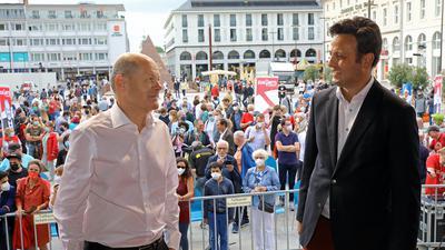 SPD-Spitzenkandidat Olaf Scholz (links) auf Wahlkampftour in Karlsruhe auf dem Marktplatz, mit dem Karlsruher Bundestagskandidaten Parsa Marvi.