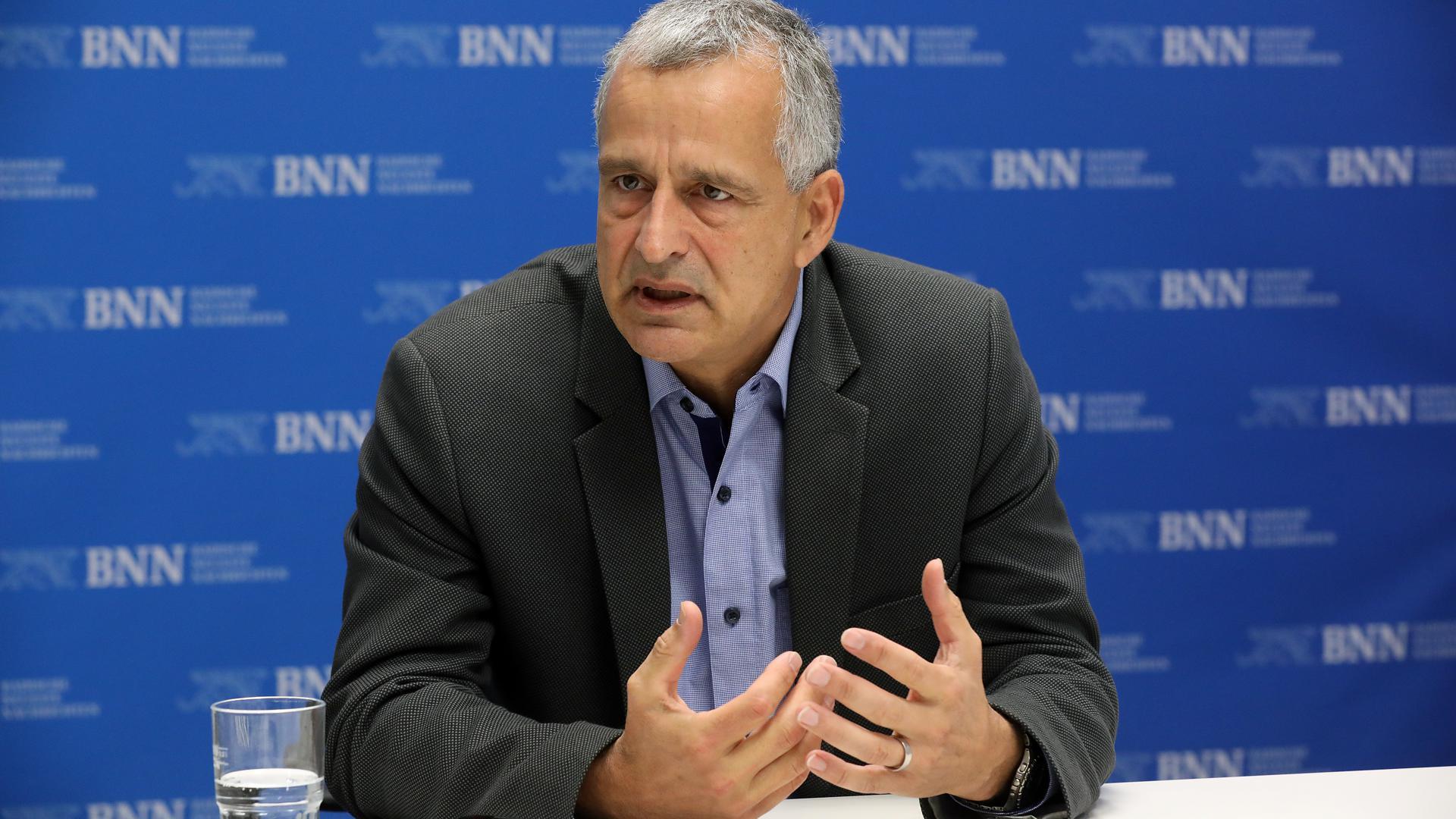 Der Richter Fernando Sanchez-Hermosilla sitzt am BNN-Konferenztisch. Er ist Vorsitzender des Schwurgerichts am LG Karlsruhe