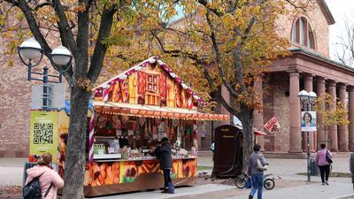 Verlängert: Schausteller dürfen ihre Verkaufsstände an dezentralen Plätzen wie hier am Kirchplatz St. Stephan laut dem aktualisierten Notprogramm bis Ende März aufstellen.