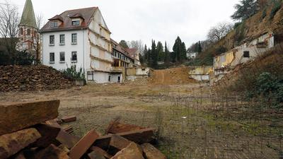 Ruiniert: Der Anblick des Schlosses Augustenburg in Grötzingen ist auf der Rückseite bald zwei Jahre ruiniert. Die Seitenflügel wurden abgebrochen. Die Matschzone reicht bis zur Mauer (links), die den Hang des Augustenbergs stützt.