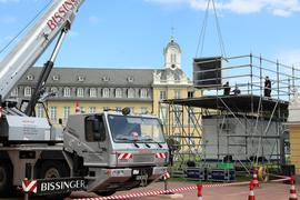 © Jodo-Foto /  Joerg  Donecker// 9.08.2021 Aufbau der Schlosslichtspiele / Projektoren werden mit dem Autokran eingehoben,                  Copyright - Jodo-Foto /  Joerg  Donecker Sonnenbergstr.4  D-76228 KARLSRUHE TEL:  0049 (0) 721-9473285 FAX:  0049 (0) 721 4903368  Mobil: 0049 (0) 172 7238737 E-Mail:  joerg.donecker@t-online.de Sparkasse Karlsruhe  IBAN: DE12 6605 0101 0010 0395 50, BIC: KARSDE66XX Steuernummer 34140/28360 Veroeffentlichung nur gegen Honorar nach MFM zzgl. ges. Mwst.  , Belegexemplar und Namensnennung. Es gelten meine AGB.