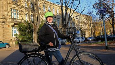 9.11.2020 Die Karlsruher Vielradlerin Kerstin Schmidt erklärt an der Ecke Hildapromenade/Stabelstraße Risiken für Kinder und Jugendliche, die mit dem Fahrrad zu den Schulen an Bismarck-, Seminar- und Moltkestraße unterwegs sind. Im Hintergrund das Oberlandesgericht Karlsruhe.