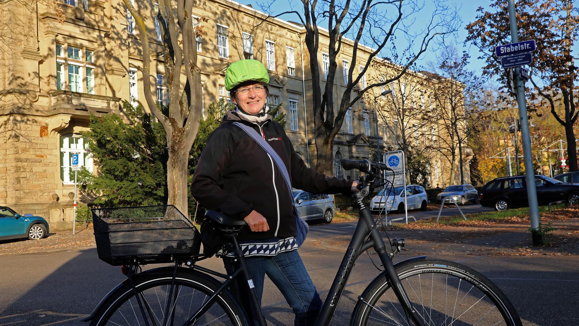 9.11.2020 Die Karlsruher Vielradlerin Kerstin Schmidt erklärt an der Ecke Hildapromenade/Stabelstraße Risiken für Kinder und Jugendliche, die mit dem Fahrrad zu den Schulen an Bismarck-, Seminar- und Moltkestraße unterwegs sind.
