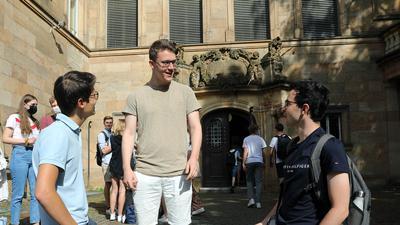 21.06.2021 Maskenpflicht an Schulen ist reduziert: Die Oberstufenschüler Jakob Bratzler, Simon Rokowski und Jonas Huber (von links) stehen vor dem Markgrafen-Gymnasium (MGG) in Durlach.