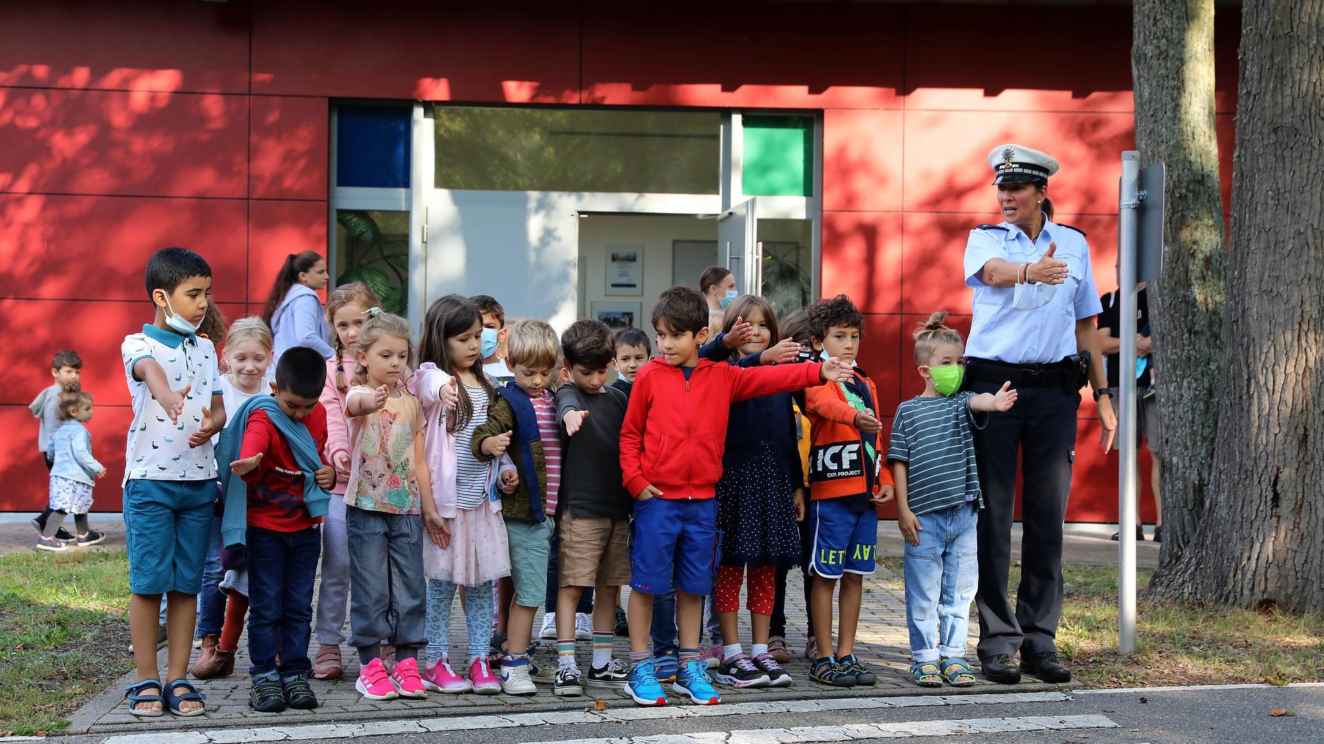 Kinder lernen am Zebrastreifen das richtige Überqueren