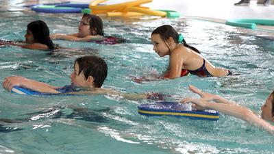 Kinder schwimmen im Hallenbad