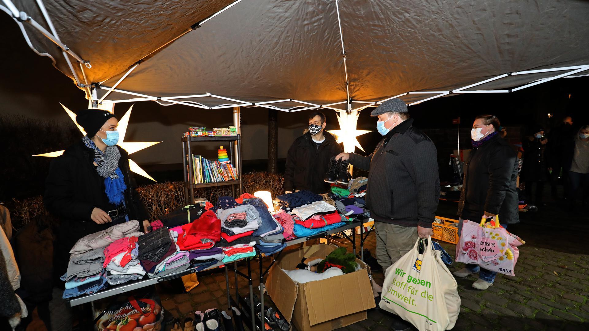 """Erweitertes Angebot: Vor Weihnachten verteilen die Freiwilligen von """"Sei Mensch"""" neben Lebensmitteln auch warme Kleidung und Spielzeug."""