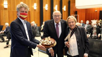 Geburtstagsempfang: Vor 90 Jahren kam Gerhard Seiler auf die Welt. Im Rathaus ließ sich der Alt-OB mit Ehefrau Gertrud von Weggefährten und Freunden feiern. Oberbürgermeister Frank Mentrup gratulierte.