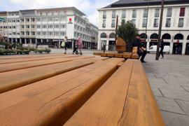 © Jodo-Foto /  Joerg  Donecker// 12.05.2021 Sitzbaenke auf dem Marktplatz bekommen Risse,                                                               -Copyright - Jodo-Foto /  Joerg  Donecker Sonnenbergstr.4  D-76228 KARLSRUHE TEL:  0049 (0) 721-9473285 FAX:  0049 (0) 721 4903368  Mobil: 0049 (0) 172 7238737 E-Mail:  joerg.donecker@t-online.de Sparkasse Karlsruhe  IBAN: DE12 6605 0101 0010 0395 50, BIC: KARSDE66XX Steuernummer 34140/28360 Veroeffentlichung nur gegen Honorar nach MFM zzgl. ges. Mwst.  , Belegexemplar und Namensnennung. Es gelten meine AGB.
