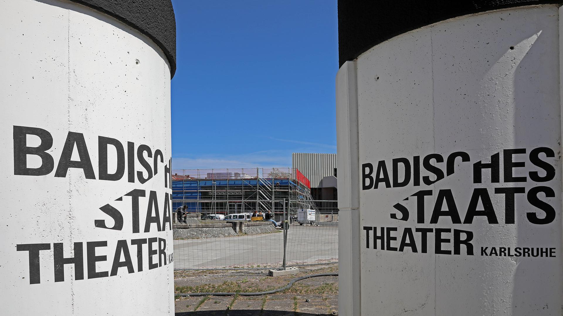 Großbaustelle Staatstheater: Vor dem Haus laufen aktuell Vorarbeiten. Ob danach die ganz große Sanierung mit Erweiterung folgt, ist derzeit wieder offen.