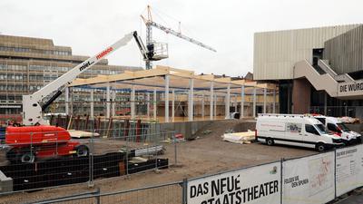 Es wird gebaut: Das Badische Staatstheater erhält für zehn Jahre einen provisorischen Zugang. In dem soll auch ein Café unterkommen.