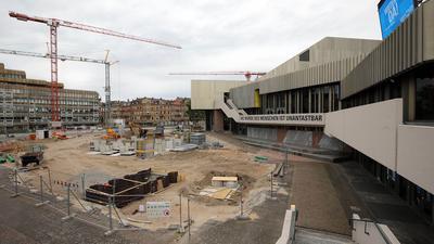 Am Badischen Staatstheater gibt es viele offene Baustellen. Vor dem Haus sind Kräne und Bagger im Einsatz.  Bereits vor Sommer 2022 soll der Übergangszugang fertig sein.