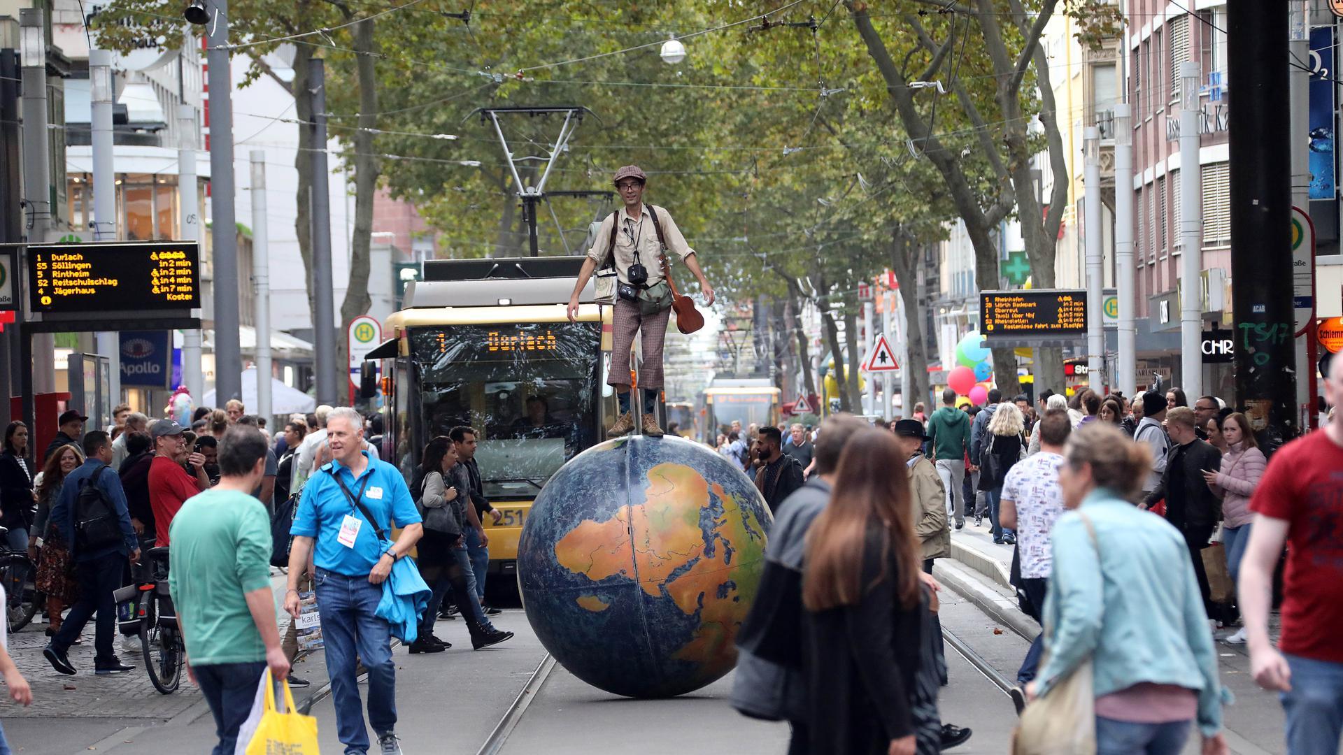 Beim Karlsruher Stadtfest 2019 kamen einige Hunderttausend Menschen in die Innenstadt, viele nutzten den kostenlosen ÖPNV. 2020 gibt es Corona-bedingt nur ein abgespecktes, dezentrales Programm.