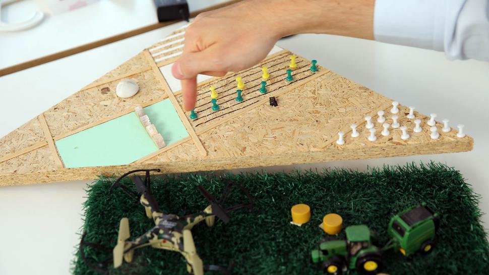 Analoge Visualisierung: Auf einem Stück Pressspanplatte hat das Team von HelioPas die unterschiedlichen Bewässerungstypen für landwirtschaftliche Felder dargestellt.