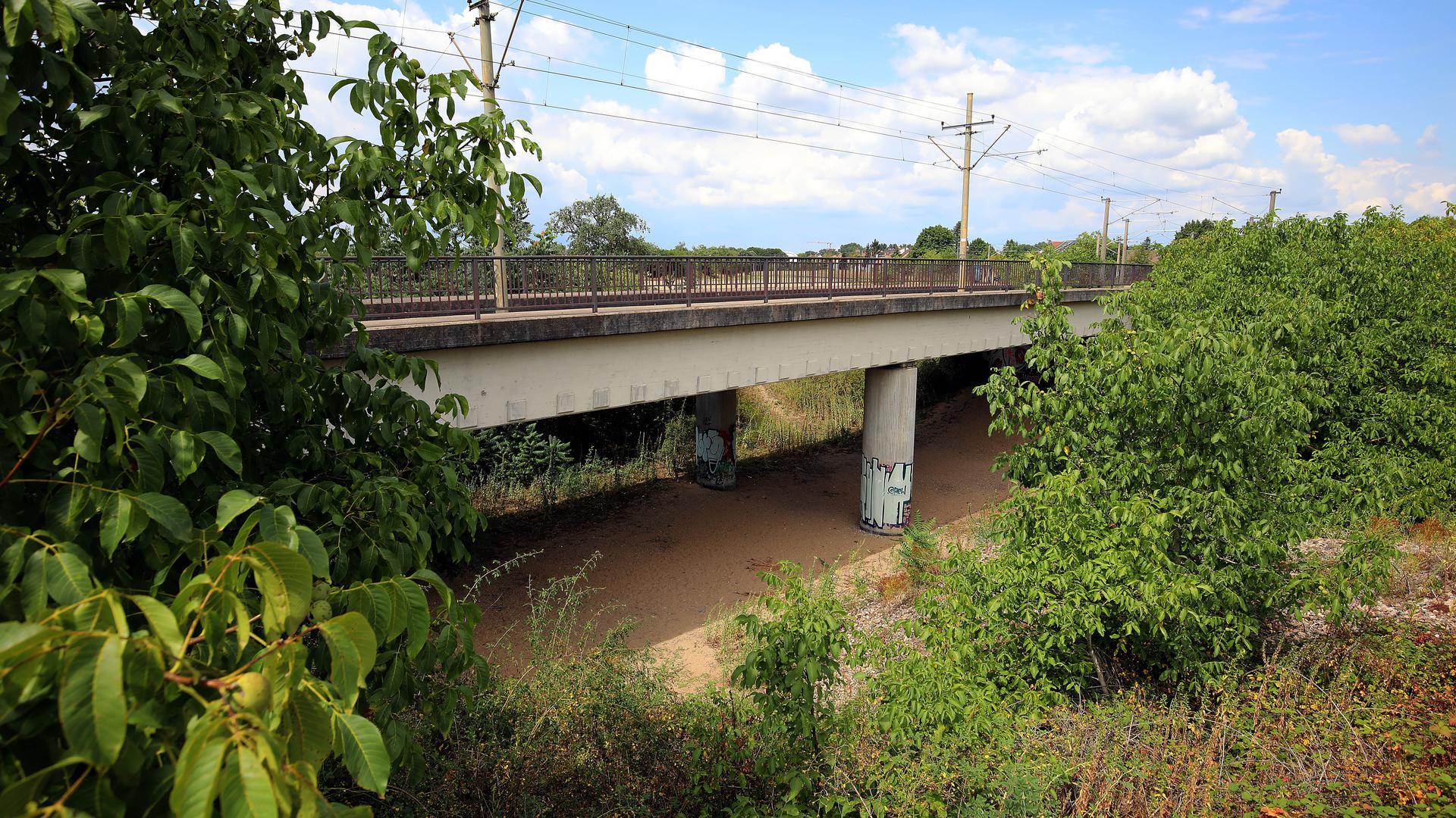 """Dann wäre die Straßenbahnbrücke endgültig eine """"So-Da-Brücke"""", also eine Brücke, die ohne erkennbaren Grund einfach """"so da"""" steht."""