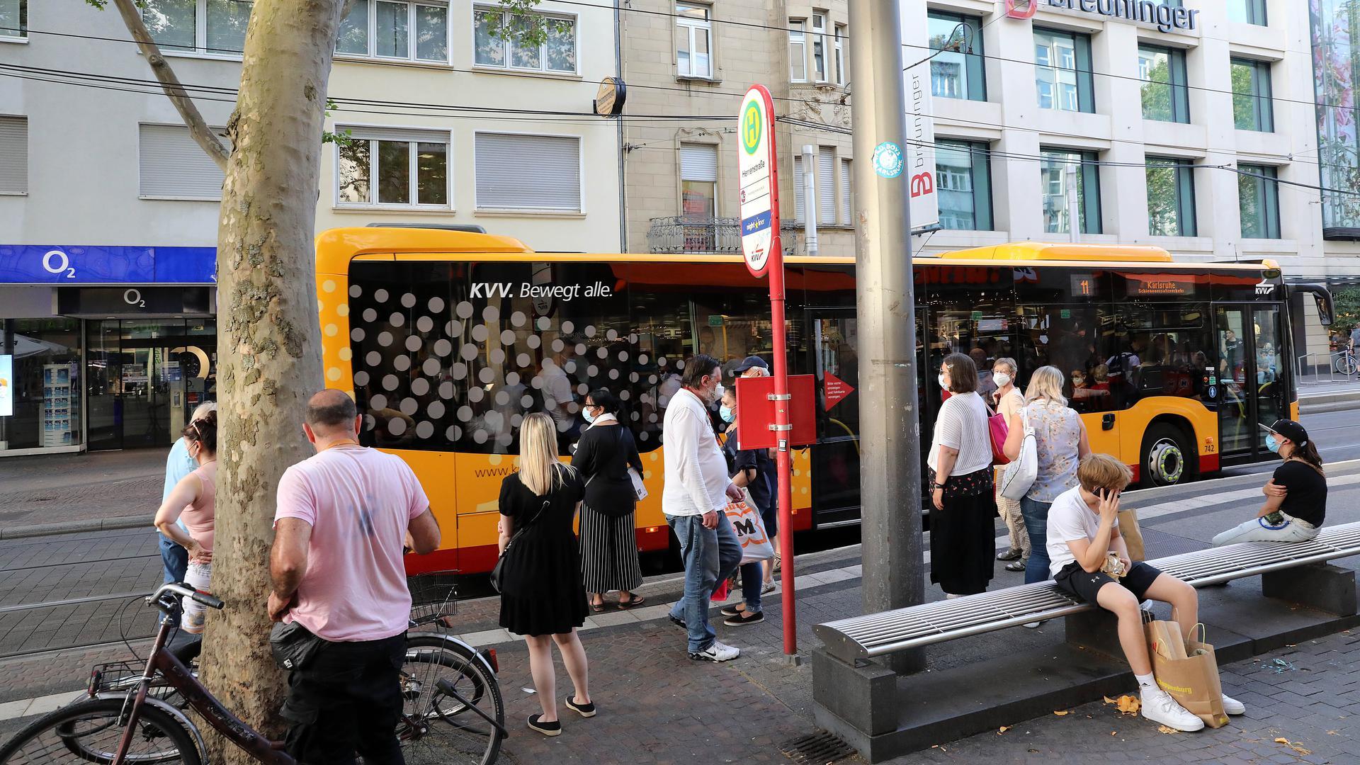 Ersatzverkehr: Am Abend müssen die Fahrgäste wie hier an der Haltestelle Herrenstraße in Busse steigen, die die wichtigsten Routen bedienen.