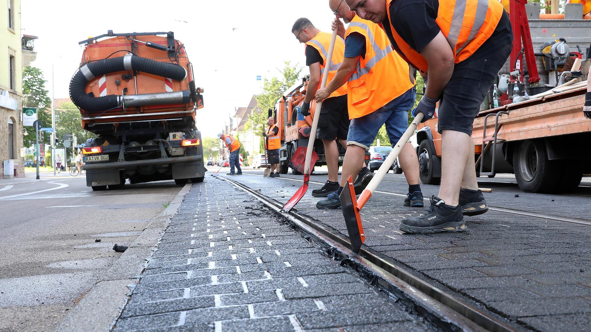 Beseitigung der Schäden: Fieberhaft arbeiten Experten am Abend wie hier in der Karlsruher Blücherstraße daran, die Gleise wieder in Schuss zu bringen. Solche Arbeiten sind an vielen Stellen im Stadtgebiet erforderlich.