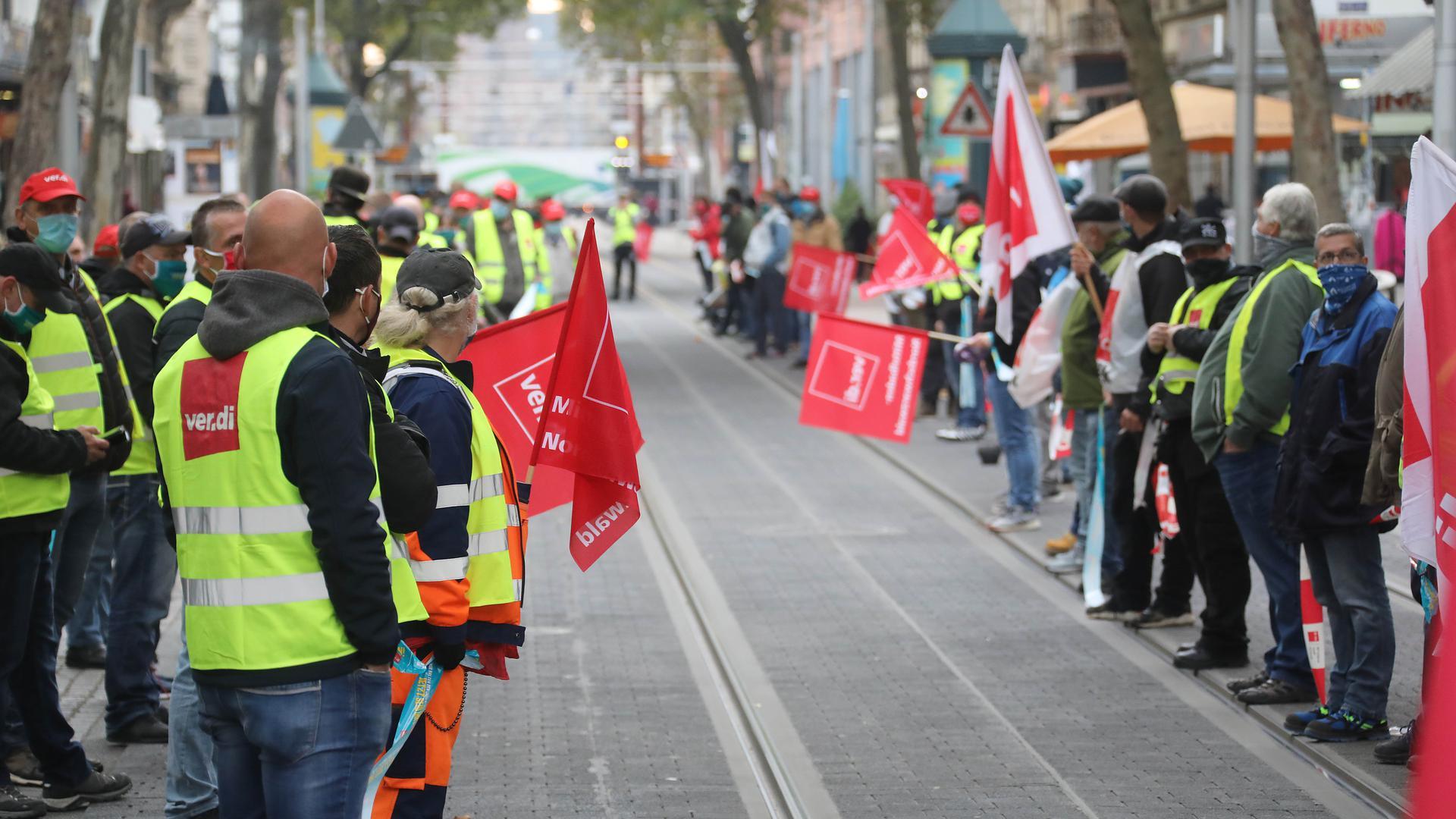 Warnstreik: Am Dienstag  folgten rund 1.300 Menschen einem Aufruf der Gewerkschaft Verdi. Unter anderem wurde auf der Kaiserstraße eine Menschenkette gebildet.