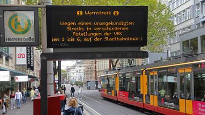 Fahrtausfälle bei den Stadtbahnen: Die Verkehrsbetriebe Karlsrune (VBK) stellten am Donnerstag ab etwa 11 Uhr den Fahrbetrieb der Stadtbahnen und -Busse komplett ein. Grund sei der Streik in verschiedenen Betriebsbereichen seit dem frühen Morgen, so die VBK.