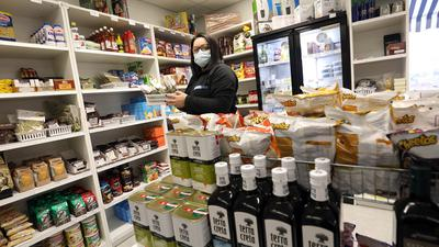 © Jodo-Foto /  Joerg  Donecker//  8.02.2021  Mini-Supermarkt / Produkte aus Griechenland, Foto: Eleni Zachopoulos,                 Copyright - Jodo-Foto /  Joerg  Donecker Sonnenbergstr.4  D-76228 KARLSRUHE TEL:  0049 (0) 721-9473285 FAX:  0049 (0) 721 4903368  Mobil: 0049 (0) 172 7238737 E-Mail:  joerg.donecker@t-online.de Sparkasse Karlsruhe  IBAN: DE12 6605 0101 0010 0395 50, BIC: KARSDE66XX Steuernummer 34140/28360 Veroeffentlichung nur gegen Honorar nach MFM zzgl. ges. Mwst.  , Belegexemplar und Namensnennung. Es gelten meine AGB.