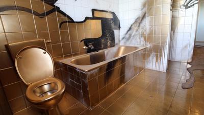 """Dies ist nicht die gestohlene Gold-Toilette des Künstlers Maurizio Cattelan - sondern ein von Karlsruher Streetartisten """"renoviertes"""" Badezimmer im Sybelcentrum."""