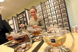 Tee-Vielfalt: Isabel Adony Gomez hat in großen Glaskannen eFrüchtetee, Darjeeling-Schwarztee, Assam-Schwarztee, Rooibos- und Grüntee zubereitet.