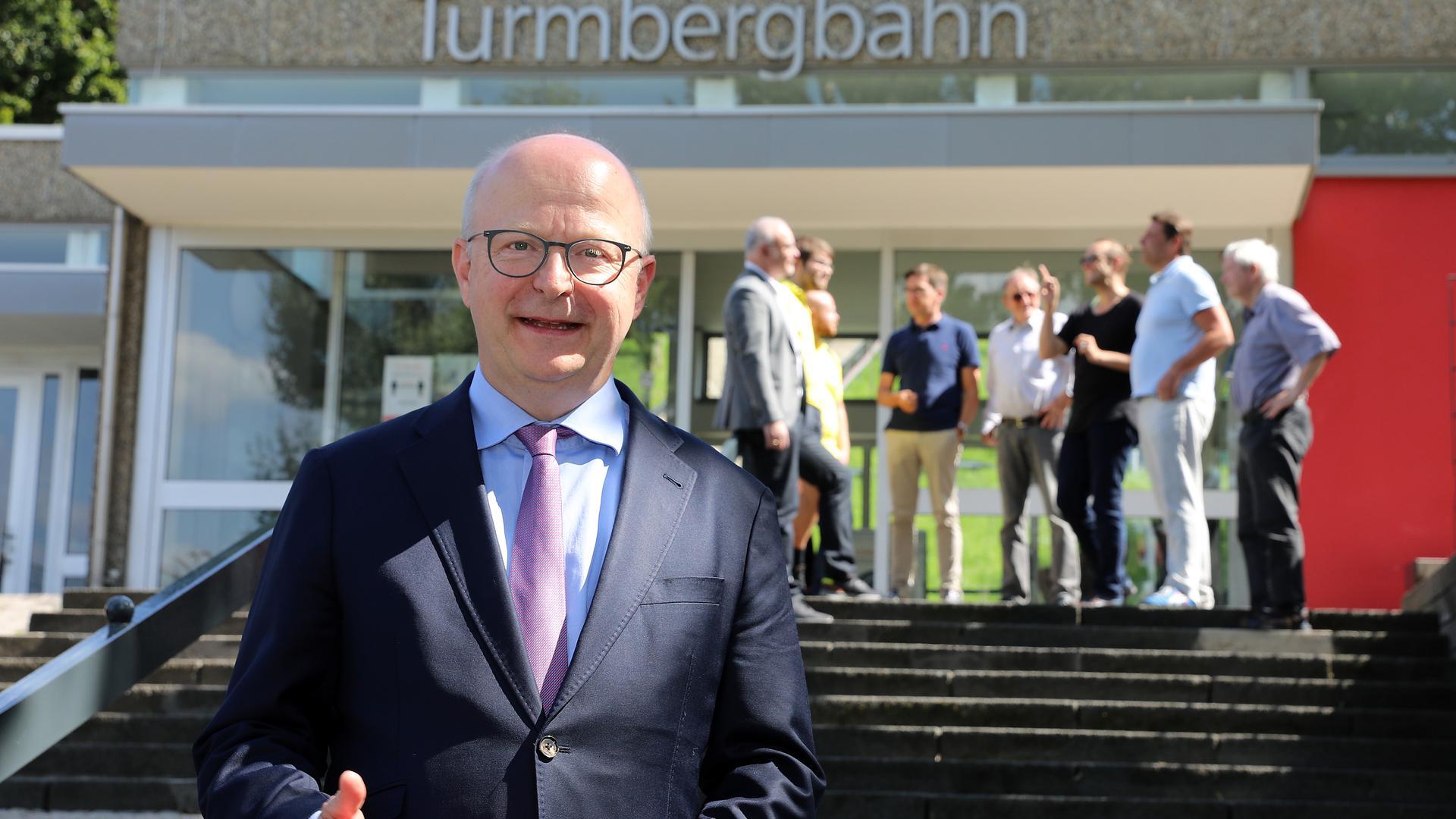Der FDP-Bundestagskandidat für den Wahlkreis Karlsruhe, Michael Theurer, trifft sich im Wahlkampf am 25. August 2021 mit Parteifreunden an der Turmbergbahn in Durlach.