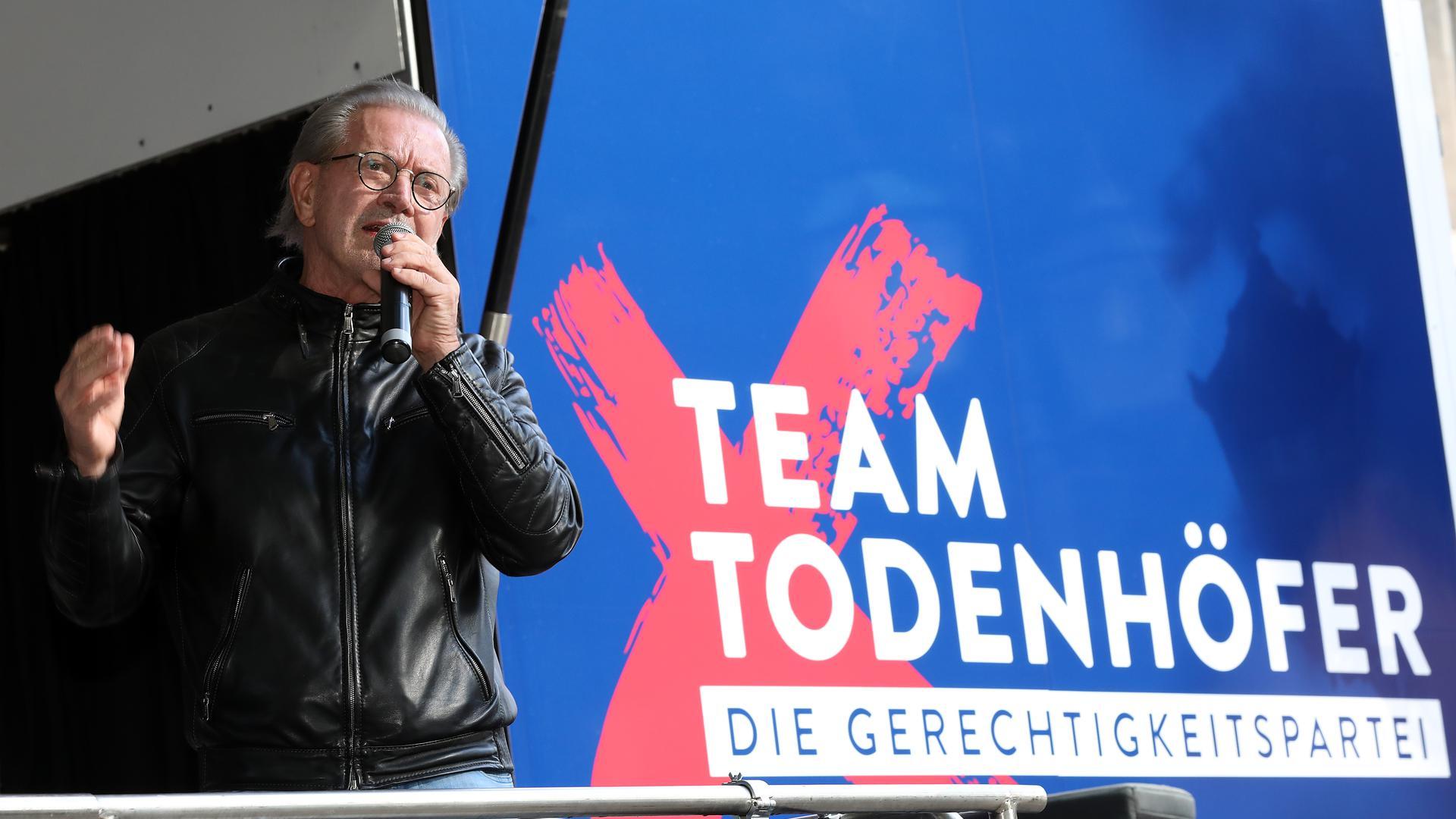 Wahlkampf vor Ort: Jürgen Todenhöfer tritt zur Bundestagswahl an und spricht vor rund 200 Menschen auf dem Friedrichsplatz.
