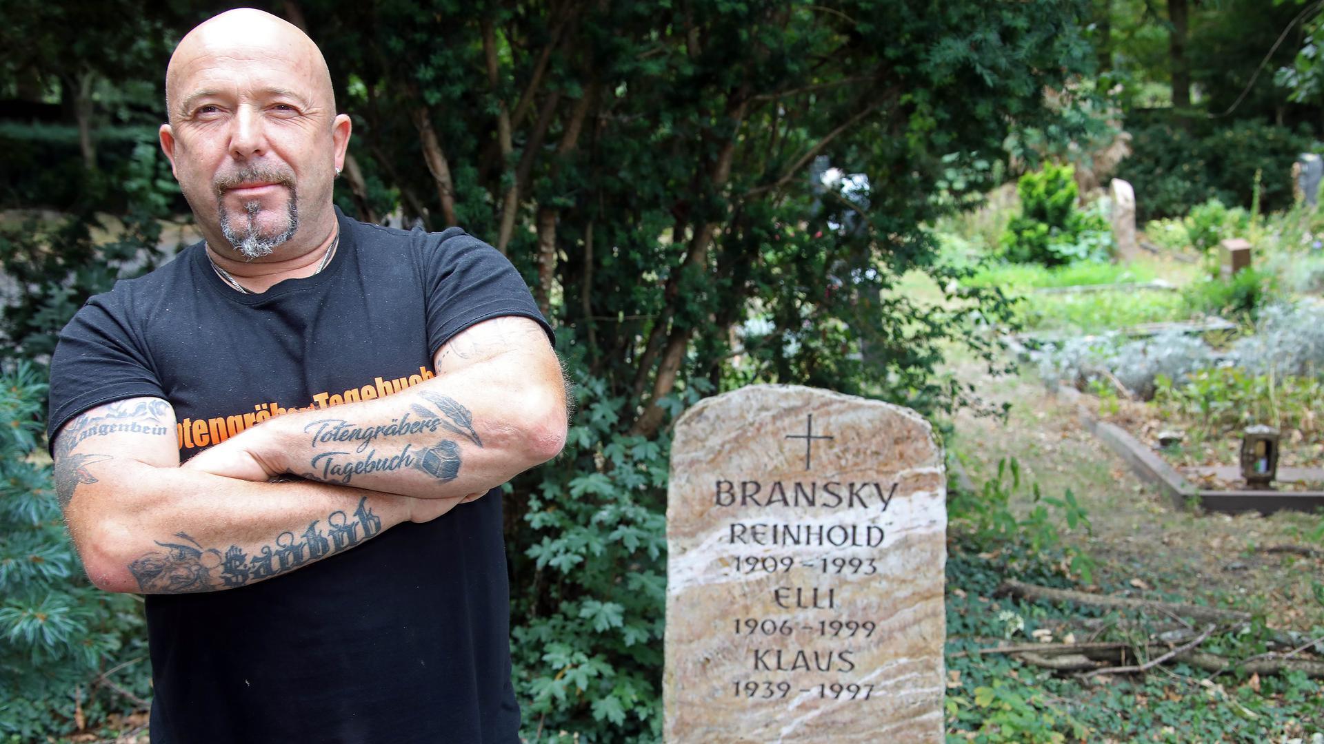 Der ehemalige Totengräber Volker Langenbein auf dem Karlsruher Hauptfriedhof.
