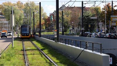Bereich beim Mühlburger Tor mit Tunnel, Straßenbahnlinien und Fahrstraßen sowie dem Leibdragonerdenkmal im Hintergrund.