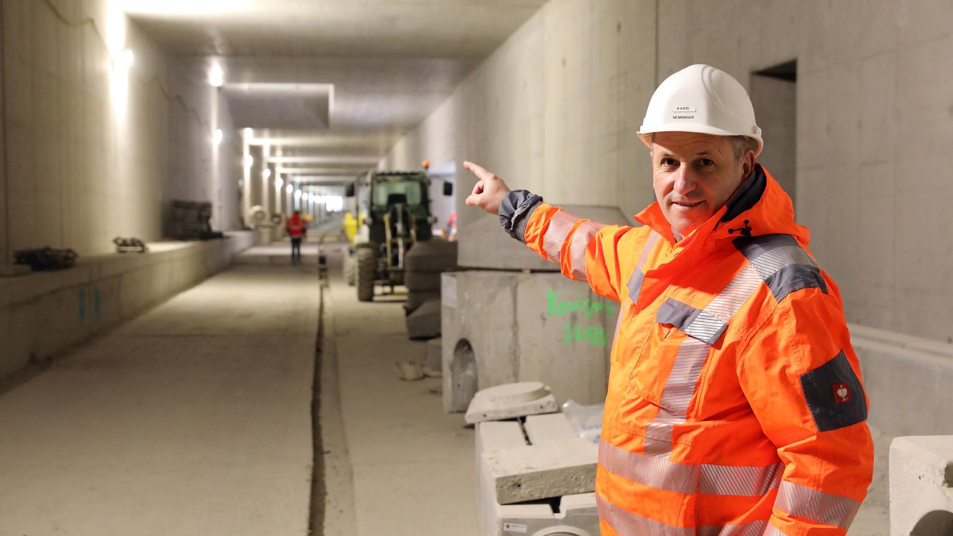 Noch ohne Fahrbahn: Im Autotunnel unter der Kriegsstraße beginnt der Innenausbau. Bei Frank Nenninger laufen die Fäden zusammen. Mit Schotterunterbau und Asphaltecke wird der Betonboden um 80 Zentimeter aufgeschüttet.