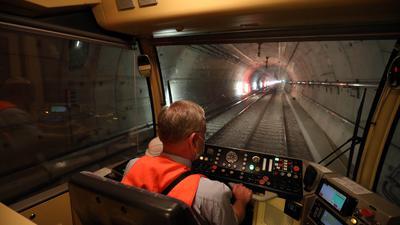 Im Tunnel: Andreas Gänger lässt den U-Strab-Wagen durch die Röhre unter der Kaiserstraße rollen.
