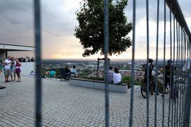 Auf der Turmbergterrasse treffen sich im Sommer jeden Abend Leute. Ab 22 Uhr wird die Plattform für Besucher gesperrt.