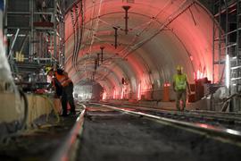 """Noch viel Arbeit im Tunnel: In den sieben Stationen der U-Strab (hier """"Ettlinger Tor""""  mit dem Licht am Ende des Südabzweigs) läuft der aufwendige Innenausbau. Dazu kommt nun die Behebung des Wasserschadens unter der Kaiserstraße zwischen den Haltestellen """"Europaplatz"""" und """"Lammstraße""""."""