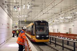 Großer Bahnhof: Die Tunnelröhre hat im Fahrbetrieb unter Echt-Bedingungen die Feuertaufe bestanden. Beim nächtlichen Fahr-Marathon kam es zu keinen nennenswerten Pannen.
