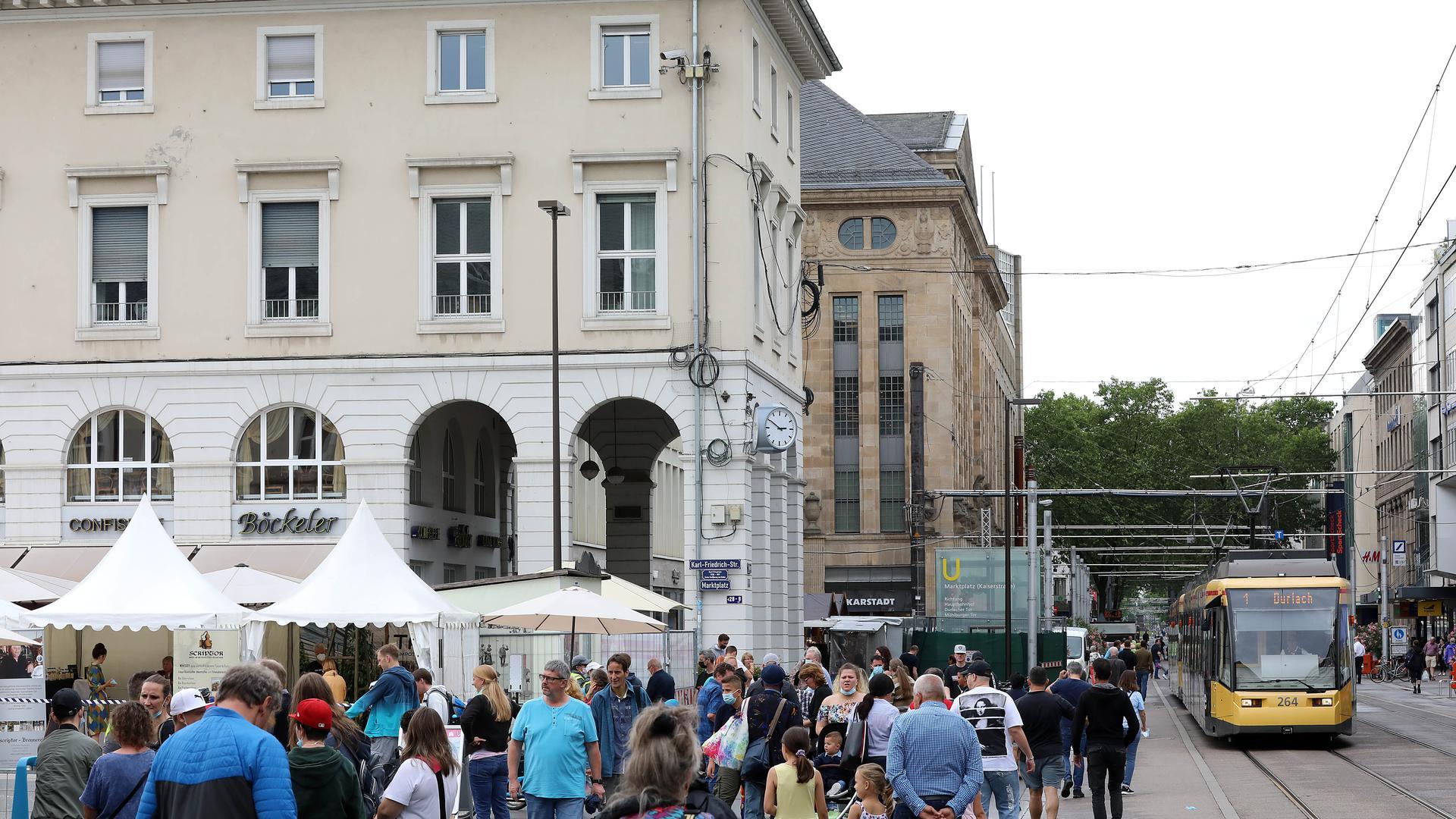 © Jodo-Foto /  Joerg  Donecker// 4.07.2021 Verkaufsoffener Sonntag in  der Karlsruher-Innenstadt,                 -Copyright - Jodo-Foto /  Joerg  Donecker Sonnenbergstr.4  D-76228 KARLSRUHE TEL:  0049 (0) 721-9473285 FAX:  0049 (0) 721 4903368  Mobil: 0049 (0) 172 7238737 E-Mail:  joerg.donecker@t-online.de Sparkasse Karlsruhe  IBAN: DE12 6605 0101 0010 0395 50, BIC: KARSDE66XX Steuernummer 34140/28360 Veroeffentlichung nur gegen Honorar nach MFM zzgl. ges. Mwst.  , Belegexemplar und Namensnennung. Es gelten meine AGB.