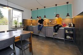 © Jodo-Foto /  Joerg  Donecker//  3.11.2020 // 2. Corona-Lockdown, Foto: Vermietungen / Apartments Vincent und Marino  am Hauptbahnhof,   Mojique VINCENT Herrmann ( Norman MARINO Rugo (schwarzes Oberteil),                      -Copyright - Jodo-Foto /  Joerg  Donecker Sonnenbergstr.4  D-76228 KARLSRUHE TEL:  0049 (0) 721-9473285 FAX:  0049 (0) 721 4903368  Mobil: 0049 (0) 172 7238737 E-Mail:  joerg.donecker@t-online.de Sparkasse Karlsruhe  IBAN: DE12 6605 0101 0010 0395 50, BIC: KARSDE66XX Steuernummer 34140/28360 Veroeffentlichung nur gegen Honorar nach MFM zzgl. ges. Mwst.  , Belegexemplar und Namensnennung. Es gelten meine AGB.